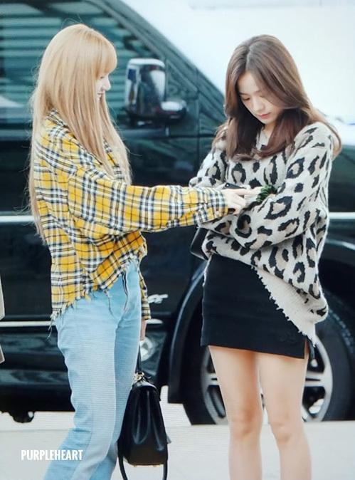 Lisa và Ji Soo đại diện cho hình tượng tiện dụng, năng động ở sân bay. Em út phối sơ mi caro, quần jean dễ di chuyển còn Ji Soo chuộng mốt trên đông, dưới hè với áo len da báo, chân váy ngắn.