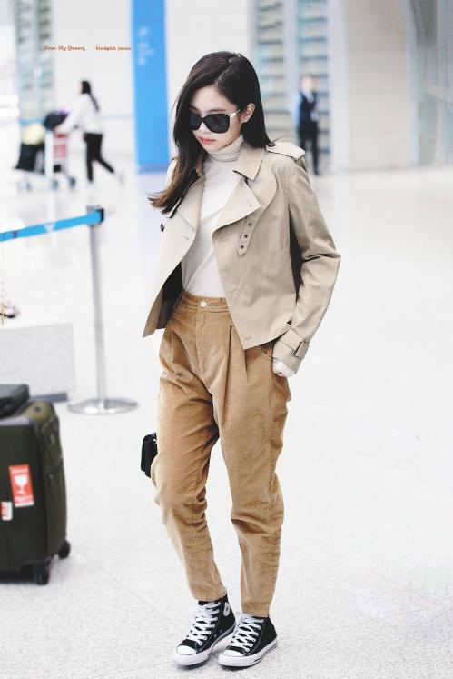 Chiều tối 4/10 (giờ địa phương), Jennie đã hạ cánh xuống sân bay Incheo, trở về từ tuần lễ thời trang Paris. Gu thời trangcủa Jennie luôn được mọi người săm soi, nhất là khi cô nàng vừa là khách mời tại show diễn của Chanel đình đám.