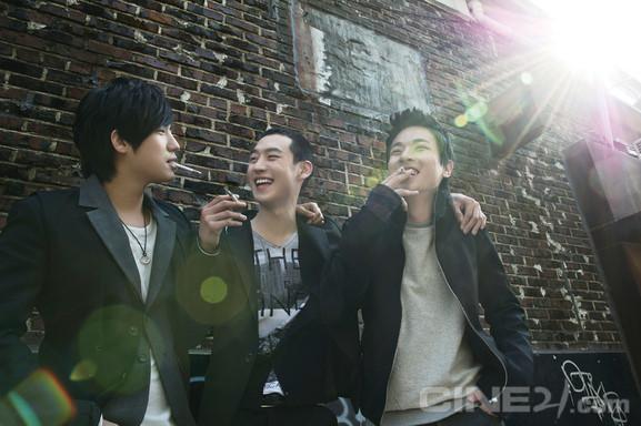 Lee Je Hoon (đứng giữa) trong một cảnh của Bleak Night.