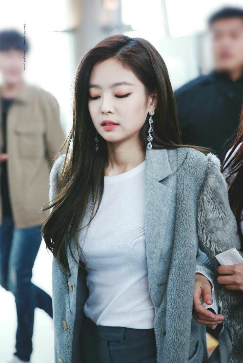 Những hình ảnh đẹp mọi góc độ khiến fan không nghĩ rằng cô nàng đang sải bước tại sân bay.