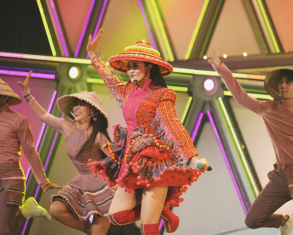 Đông Nhi diện trang phục dân tộc Hmông, đội nón lá diễn cực sung ở Nhật Bản - 2