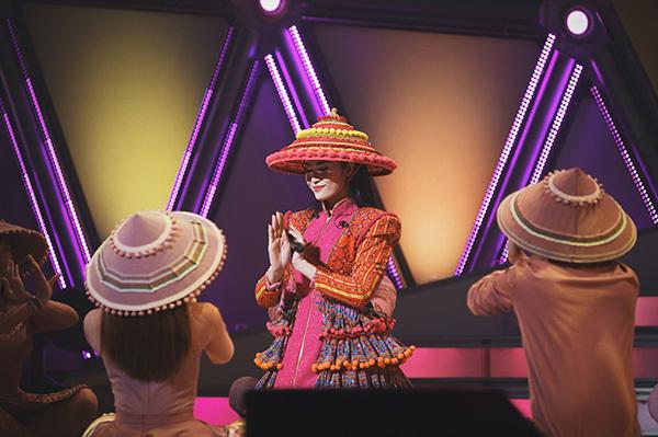 Đông Nhi gây ấn tượng khi còn khéo léo giới thiệu nền văn hóa đậm bản sắc dân tộc tới bạn bè quốc tế.