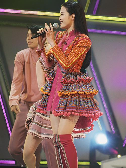 Đông Nhi đã gửi lời chào trân trọng và chia sẻ cảm xúc khi tham dự sự kiện The 2nd ASEAN - Japan Music Festival 2018 bằng tiếng Nhật. Nữ ca sĩ gây bất ngờ lớn khi nói tiếng Nhật một cách rất trôi chảy, cảm xúc. Nữ ca sĩ chia sẻ rất vui và hãnh diện khi đại diện Việt Nam có mặt tại sự kiện lần này. Đông Nhi cho biết cô đã đến nhiều nơi ở Nhật Bản và rất yêu thích đất nước, cũng như con người ở đây. Sự tự tin của cô dành được nhiều tràng pháo tay cổ vũ