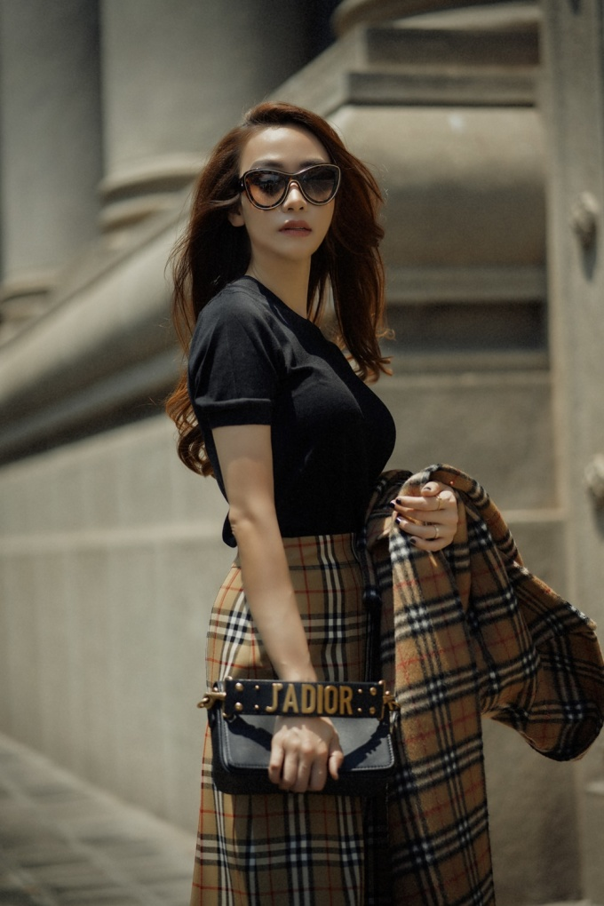 <p> Cách mix&match không thể chuẩn hơn với boots gót thô Chanel, túi xách Dior và mắt kính Chanel tạo nên vẻ thời thượng.</p>