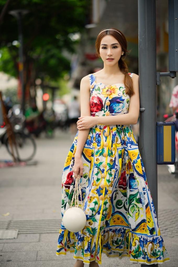 <p> Chiếc đầm 2 dây Docle Gabbana dáng xoè xếp ly với sắc màu rực rỡ giúp Ngân Khánh khoe trọn vẻ tiểu thư sành điệu.</p>