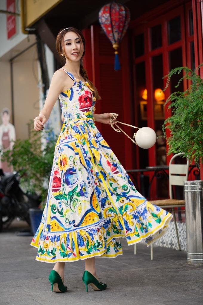 """<p> Phụ kiện túi Chanel hình cầu đang là xu hướng hot được nhiều tín đồ yêu thích. Đôi giày cao gót Manolo tông màu xanh lá cũng rất đồng điệu với chiếc váy khiến """"quý cô"""" trở nên thời thượng hơn.</p>"""
