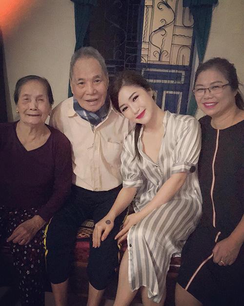 Hương Tràm hạnh phúc bên ông bà