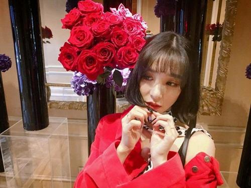 Tiffany khoe bó hòng lãng mạn, cùng tông màu với chiếc áo của nữ ca sĩ.