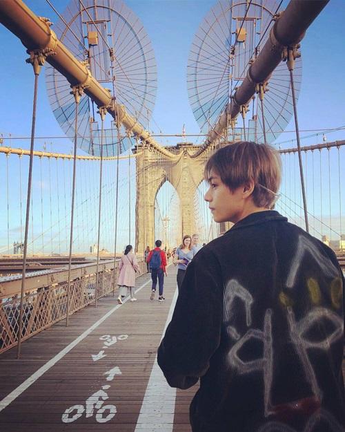 V (BTS) chụp ảnh ở Mỹ, nơi nhóm đang tổ chức concert.