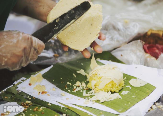 <p> Xôi sẽ được xới ra bát hoặc lá chuối tùy vào việc ăn tại chỗ hay mang về, đậu xanh được cắt thành từng lát mỏng đặt lên trên, rưới đều nước mỡ gà, rắc hành phi vàng.</p>