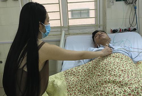 Tuấn Hưng được vợ chăm sóc trong bệnh viện.