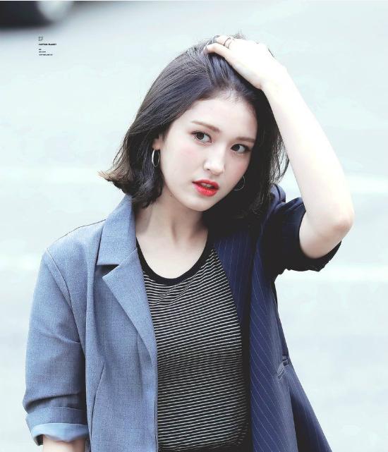 Sự nghiệp của Somi có nhiều biến động sau khi I.O.I tan rã. Cô nàng trở về JYP và tham gia một số show truyền hình. Đến tháng 9/2018, nữ ca sĩ bất ngờ kết thúc hợp đồng và gia nhập công ty con của YG. Thái độ của Somi khi rời JYP gây tranh cãi, nhiều ý kiến chỉ trích cô nàng vô ơn.