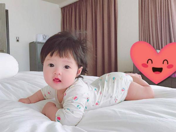 Tháng 9 vừa qua, người đẹp lần đầu tiên công khai hình ảnh bé Sophie. Nhóc tỳ được nhận xét đáng yêu, có nhiều nét giống mẹ.