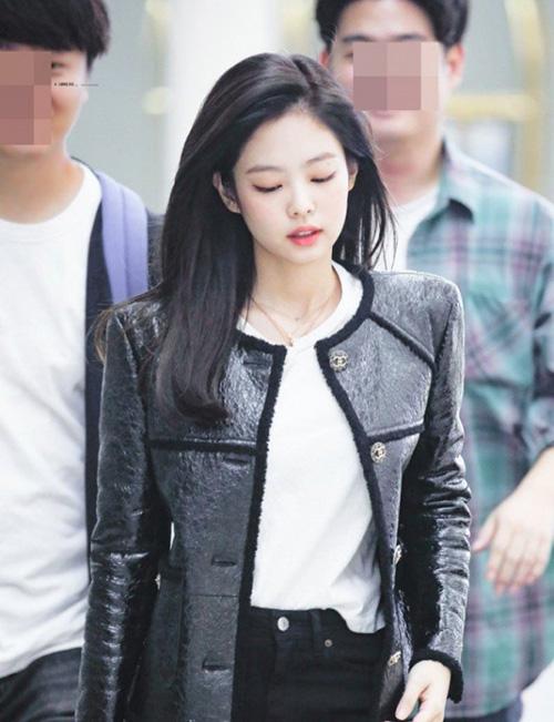 Kể từ khi debut, Jennie không nhuộm tóc màu nổi, chỉ để tóc đen cũng đốn tim người hâm mộ.