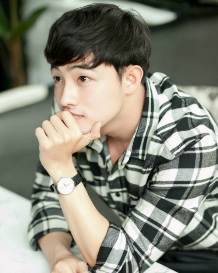 Những bức hình mắt một mí của anh chàng được chia sẻ rần rần trên mạng xã hội. Nhiều fan nữ nhận xét anh chàng có vẻ ngoài hao giống nam diễn viên Park Bo-gum và đòi xin info vì quá đẹp trai.