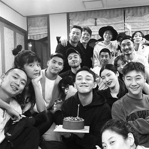 Yoo Ah In mừng sinh nhật bên đội ngũ nhân viên trong phim mới. Mỹ nam đang tham dự Liên hoan phim quốc tế Busan.