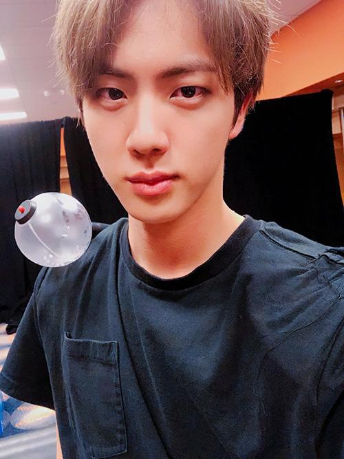 Jin (BTS) nâng tầm nhan sắc khi để tóc lộ trán. Ngoại hình của thành viên BTS ở concert trở thành đề tài hot.