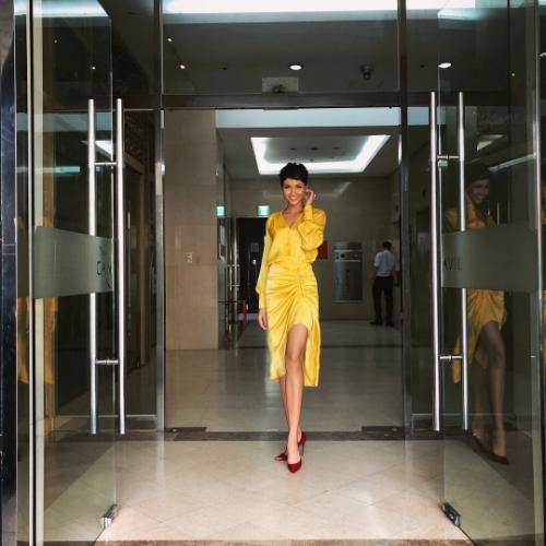 Diện thiết kế gam màuvàng rực rỡ với áo blouse cổ khoét sâu chữ V mix cùng chân váytrong một sự kiện gần đây giúpHHen Niê trở nên nổi bật, thu hút.