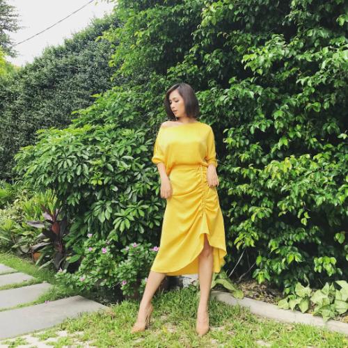 Cùng diện một chiếc chân váy giống HHen Niê nhưng Ái Phương lại có lối mix đồ kín đáo hơn. Cô phối cùng áo lệch vai cùng tone màu và giày cao gót tone nude.