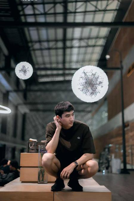Với chiều cao 1,85m cao ráo và gương mặt điển trai, Thongpaseuth nhận được nhiều lời mời làm mẫu ảnh. Anh chàng chăm chỉ tham gia các sự kiện, hoạt động thời trang tại Việt Nam và Lào như Fashion technology, Vietnam Fashion Week...