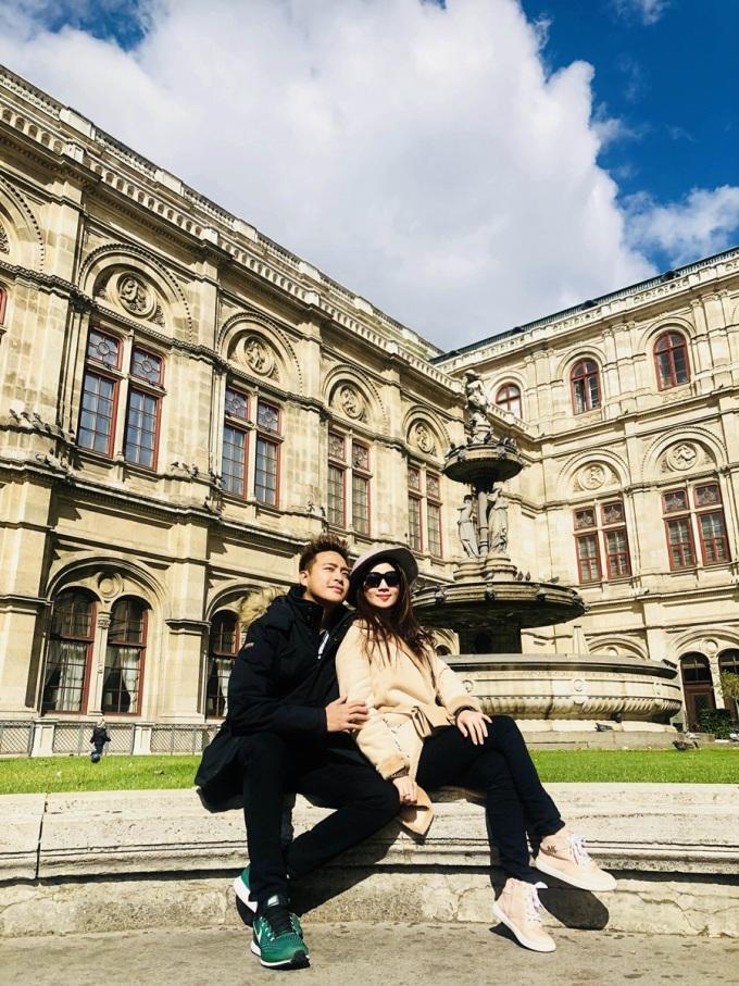 <p> Sau chuyến đi Đà Lạt, cặp đôi lại sang châu Âu công tác.Kha Ly, Thanh Duy tham gia vào đêm nhạc cùng diễn viên Trung Dũng, Vy Oanh, Hồ Việt Trung.</p>