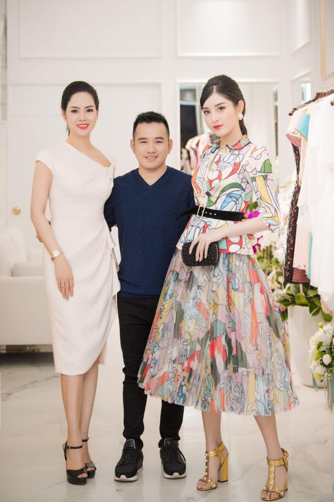 <p> Cô chụp ảnh cùng NTK Lê Thanh Hòa cùng Hoa hậu Mai Phương.</p>