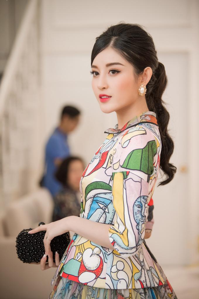<p> Buổi khai trương có sự góp mặt của dàn Hoa hậu, Á hậu đều là những người bạn thân thiết của NTK Lê Thanh Hòa. Huyền My kiêu sa trong bộ đầm màu sắc.</p>