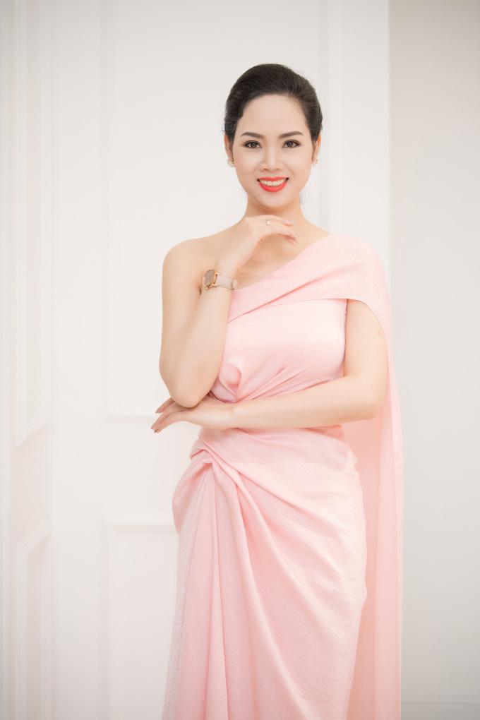 <p> Hoa hậu Mai Phương và mẹ cũng đi từ Hải Phòng lên để ủng hộ NTK Lê Thanh Hòa.</p>