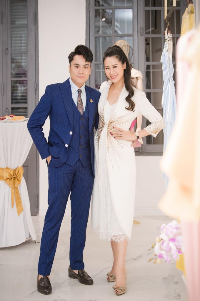 <p> Hoa hậu Dương Thùy Linh tay trong tay cùng MC Thái Dũng đến chúc mừng Lê Thanh Hoà lần đầu tiên đánh ra thị trường phía Bắc.</p>