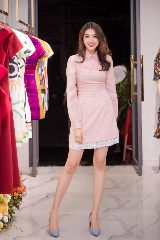 """<p> Lệ Hằng tươi tắn trong bộ váy màu hồng phớt thuộc bộ sưu tập """"My Portrait"""".</p>"""