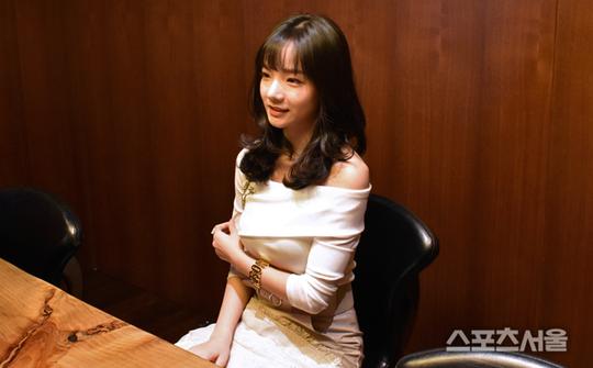 Phan Thủy Tiên xuất hiện trên báo Hàn.