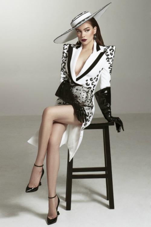 Hồ Ngọc Hà đăng tải hình ảnh đầy quyến rũ, quyền lực trong vai trò mới - giám khảo khách mời Asias Next Top Model 2018. Cô cho biết cứ chăm chỉ, phát triển hết những khả năng mình có, chuyện gì đến sẽ đến vì tất cả mọi thứ đã được an bài.