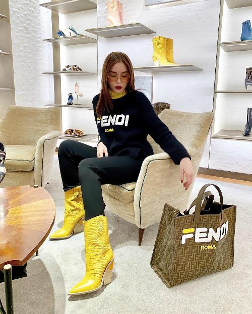 Kỳ Duyên là một trong những hoa hậu chịu chơi nhất showbiz Việt. Cô nổi tiếng với sở thích mua hàng hiệu theo lố và thường xuyên khoe chiến tích mua sắm trên trang cá nhân. Có thời điểm, Kỳ Duyên còn mạnh dạn chi gần 200 triệu đồng chỉ để mua một chiếc túi đựng vừa thỏi son làm điểm nhấn cho set đồ.