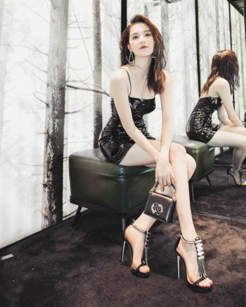Từng nổi tiếng với bộ sưu tập túi Hermes da cá sấu với đầy đủ kích cỡ khác nhau, Ngọc Trinh gần đây còn khẳng định độ chịu chơi khi liên tục mua sắm những món hàng hiệu hợp trend, có số lượng hạn chế trên thế giới. Chào đón sinh nhật tuổi 29 vừa qua, cô chi tới 3 tỷ để mua sắm hàng hiệu.