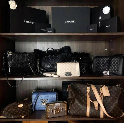 Túi LV, Chanel với những mẫu mã, kích cỡ khác nhau là dòng túi được Kỳ Duyên ưa chuộng hơn cả. Loại túi này phù hợp với hình ảnh cá tính, mạnh mẽ mà người đẹp đang theo đuổi.