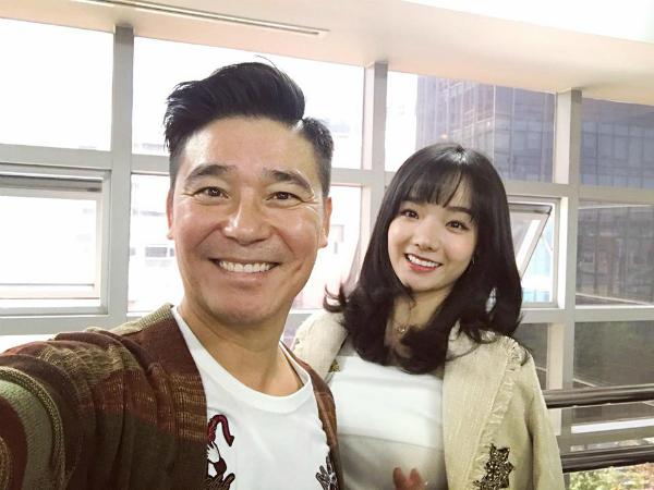 Thủy Tiên chụp ảnh cùng nam ca sỹ, diễn viên Lim Chang Jung.