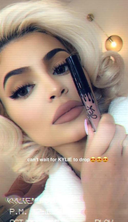 Kylie Jenner gây sốt khi hóa thân thành quả bom sex Marilyn Monroe - 1