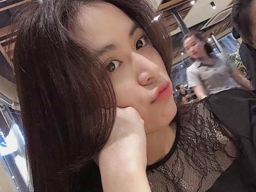 Hoàng Thùy Linh biểu cảm nhí nhảnh, đáng yêu khi đi ăn cùng bạn bè.