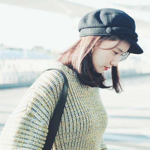 Mũ beret có vành cổ điển được nhiều idol chọn phụ kiện trong set đồ sân bay.