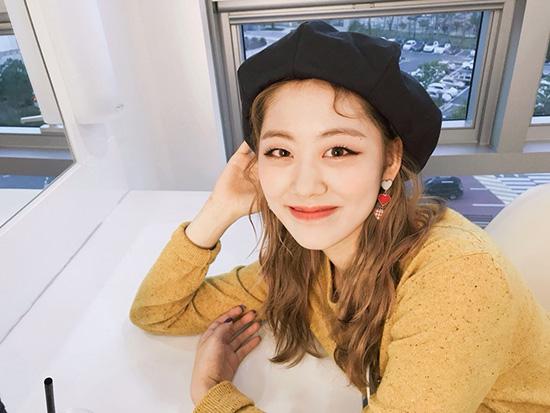 Kiểu mũ có phong cách cổ điển, ngọt ngào lại dễ kết hợp với nhiều kiểu trang phục, tiện dụng nên được nhiều idol yêu thích.