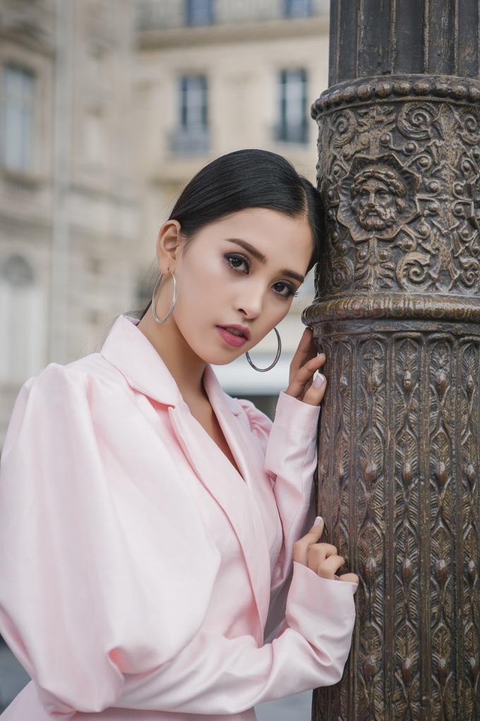 Vẻ sắc sảo của Tiểu Vy trong bộ ảnh chụp ở Pháp