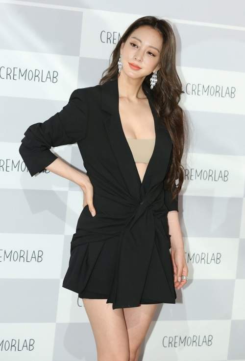 Han Ye Seul nổi tiếng với loạt phim Tuyết có rơi đêm Giáng sinh, Birth Of A Beauty...Tác phẩm gần đây nhất của cô là Madame Antoine của đài JTBC năm 2016.