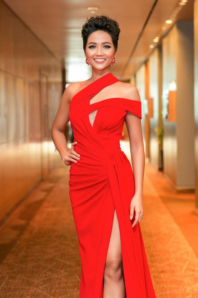 <p> Cô cho biết đang tích cực chuẩn bị để tham dự đấu trường nhan sắc Hoa hậu Hoàn vũ Thế giới tại Thái Lan. Cô tăng được 4-5kg nhờ chịu khó ăn uống và tập luyện thể dục. Hiện cô cân nặng 56,5 kg, vòng ba đạt 97 cm, tăng 4 cm so với thời gian dự thi Hoa hậu Hoàn vũ Việt Nam.</p>
