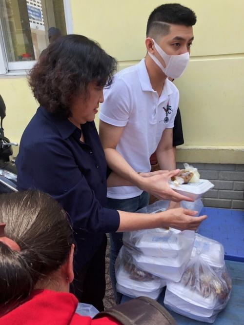 Noo Phước Thịnh đi phát cơm từ thiện sau ồn ào kiện cáo đòi 850 triệu đồng.