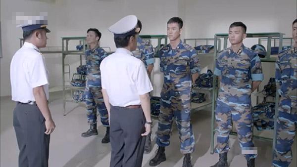 Phim có những sai sót, gây nhiều nhầm về điều lệnh của Quân đội nhân dân Việt Nam.