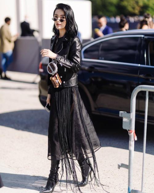 Chiếc váy tua rua cá tính được Nữ hoàng lookbook phối cùng biker jacket của Yves Saint Laurent có giá hơn 40 triệu đồng. Boots Fendi có giá hơn 37 triệu đồng được cô kết hợp cùng khuyên tai của Cartier, túi miniLouis Vuitton.