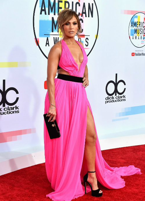 Người đẹp U50 Jennifer Lopez gợi cảmtrong bộ đầm màu hồng xẻ tàcủa Georges Chakra.