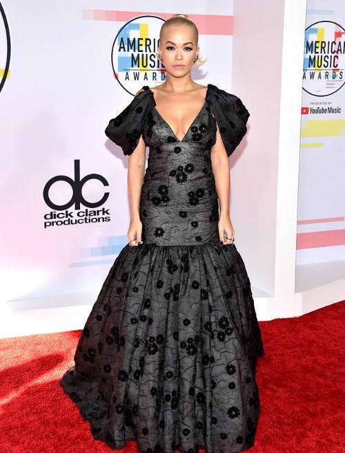 Rita Ora khoe đường cong với bộ đầm đuôi cá cách điệu.