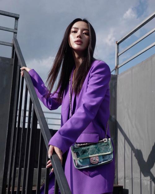 Chiếc túi trong suốt, nhìn thấy hết cả thế giới của Chanel được Khánh Linh mua với giá 107 triệu đồng.