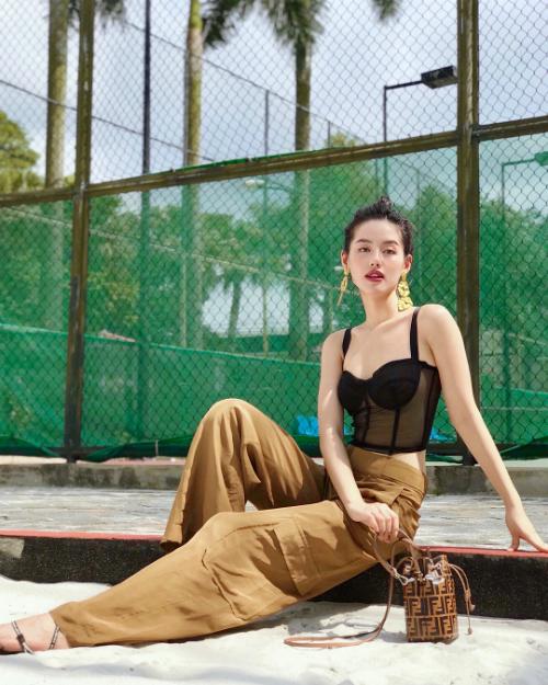 Mẫu túi nhỏ xinh nhà Fendi được Khánh Linh mua với giá 39 triệu đồng. Cô kết hợp item này cùng quần thụng cạp cao và áo hai dây crop - top.